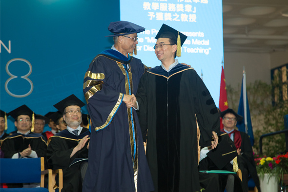 Prof. Song Shenghui received the Michael G Gale Medal for Distinguished Teaching from President Wei Shyy at the University's Congregation on November 15, 2018.