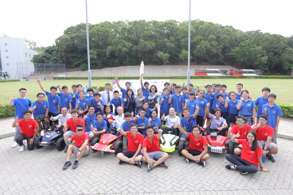 The students from five secondary schools, together with the cars they had built, pose for a picture with the judges and the HKUST student helpers.