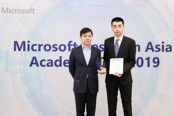 Zhang Hongming (right), one of 12 MRSA 2019 awardees out of 101 applicants, received the award from Dr. Hon Hsiao-Wuen, Corporate Vice President, Microsoft Asia-Pacific R&D Group, Microsoft Research Asia.