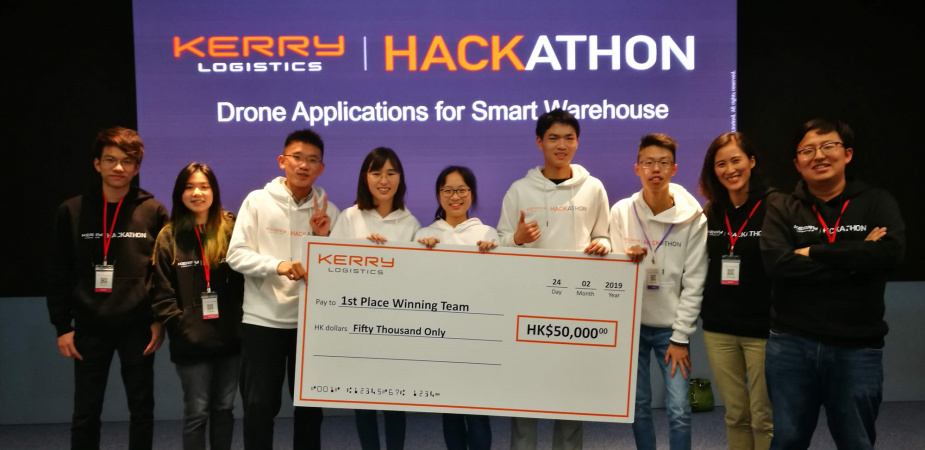 (Starting from third from left) Team members XIANG Tain-qi (SENG Year 1 student), LAM Chin-Kiu (Mechanical and Aerospace Engineering Year 4 student), Cindy CHEN (Year 2 student majoring in Mathematics and Computer Science), XIAO Hong-yu (SENG Year 1 student) and SHUM Ka-Shun (SENG Year 1 student) were the proud winners of the smart warehouse competition. They were accompanied by Dr. Winnie LEUNG, lecturer at HKUST's Division of Integrative Systems and Design (second from right), when receiving the grand pri