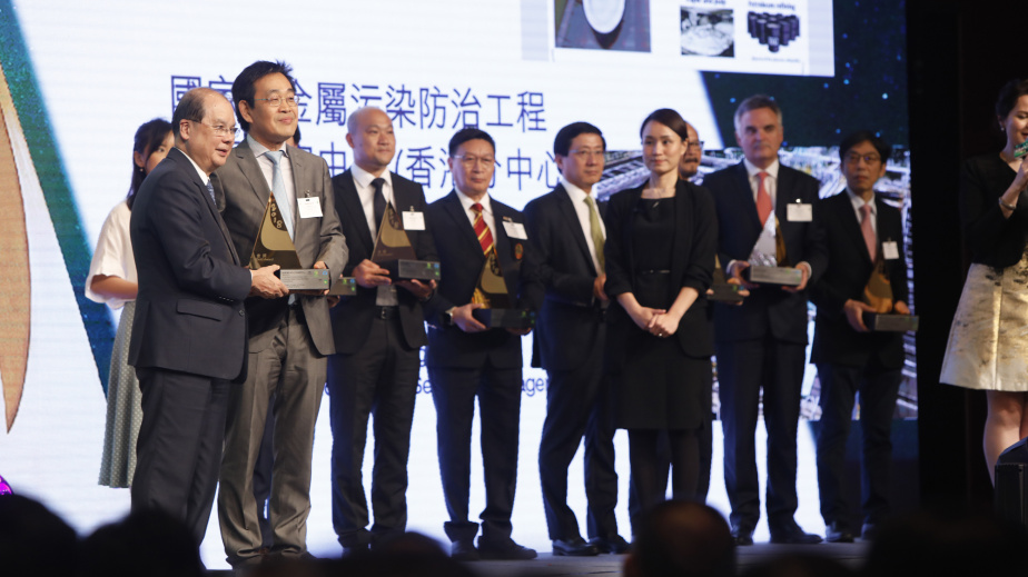 Prof. CHEN Guang-hao received the prestigious Hong Kong Green Innovations Awards - Gold Award from Mr. Matthew CHEUNG Kin-Chung (first from left), Acting Chief Executive of the HKSAR at the presentation ceremony of the Hong Kong Awards for Environmental Excellence 2018.