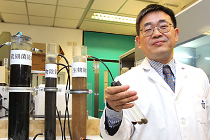 The SANI® Process project has come a long way. Here's Prof. CHEN Guanghao leading the lab-scale tests carried out during the nascent stage of the project from 2004 to 2006.