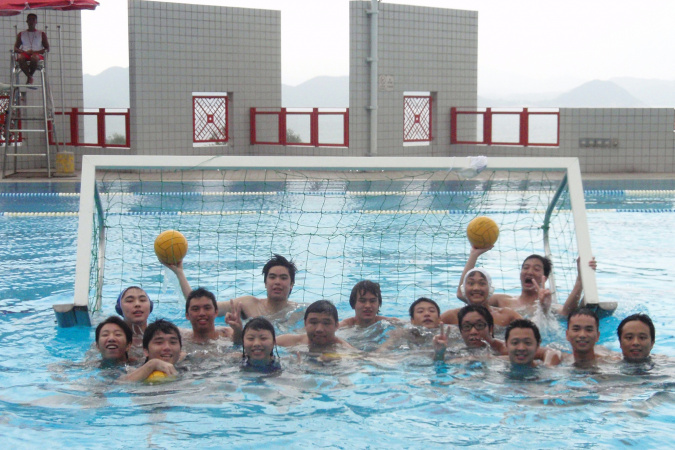 Sai-Kit (front row, third right) loves water sports. Wherever he swam overseas, he missed the HKUST swimming pool. He was the captain of the HKUST Swimming Team and a member of the Water Polo Team.