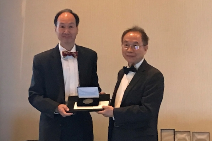 Prof. WU Shin-Tson (right), Honors and Awards Chair of the Society for Information Display (SID), presented the award to Prof. Kwok at the SID Award Banquet.