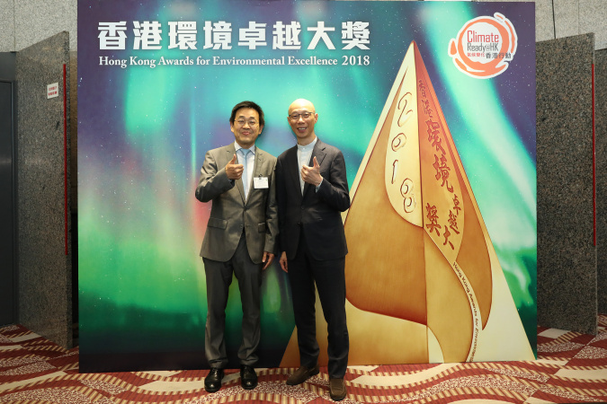 Prof. CHEN (left) celebrated his achievement with Mr. WONG Kam-Sing, Secretary for the Environment of the HKSAR.