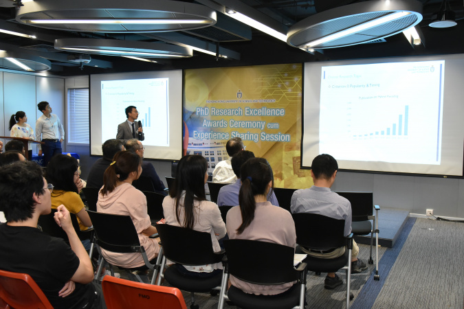 Dr. YU Xiang-hao gave a sharing of his research life to current students after receiving the award.