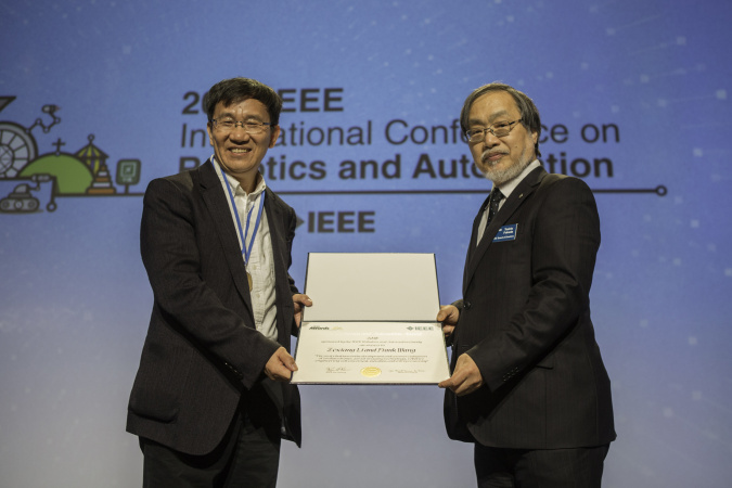 Prof. LI Zexiang (left) was presented with the 2019 IEEE Robotics and Automation Award at the IEEE International Conference on Robotics and Automation. Another co-recipient is alumnus Frank WANG (not pictured).