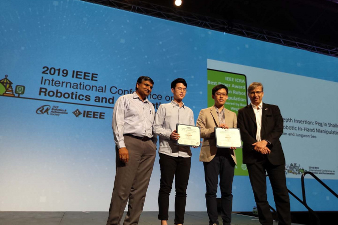 Prof. SEO Jungwon (second right) and MPhil student KIM Chung-Hee (second left) received the Best Paper Award in Robot Manipulation at the IEEE International Conference on Robotics and Automation.