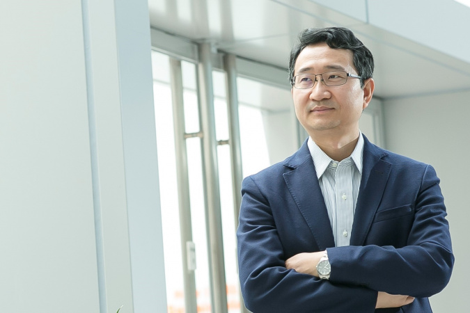 Prof. Yang Jinglei's research interfaces cross-disciplinary areas ranging from chemistry, materials engineering, manufacturing to mechanics.