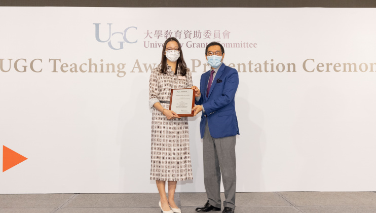 Chairman of the University Grants Committee (UGC) Mr. Carlson TONG (right) presents the 2021 UGC Teaching Award for Early Career Faculty Members to Prof. Rhea LIEM.
